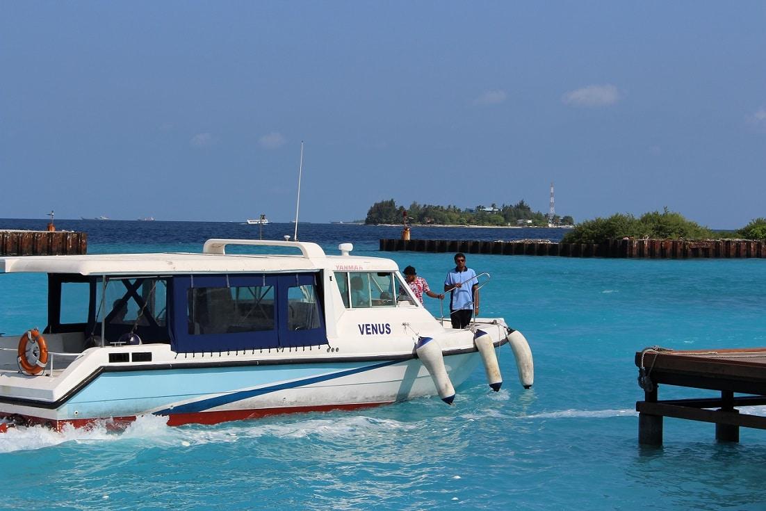 Barco no porto de Malé