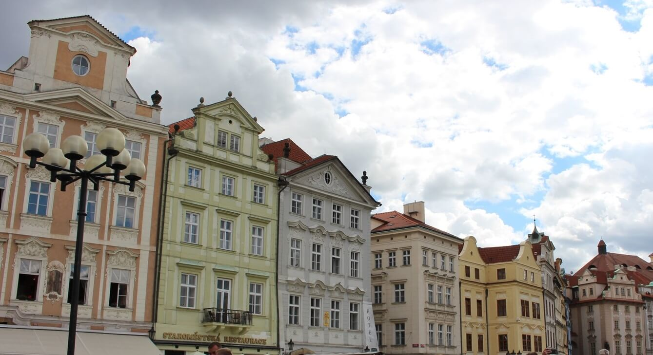 Do you know what to see in the old town square of Prague? - Wandering Life