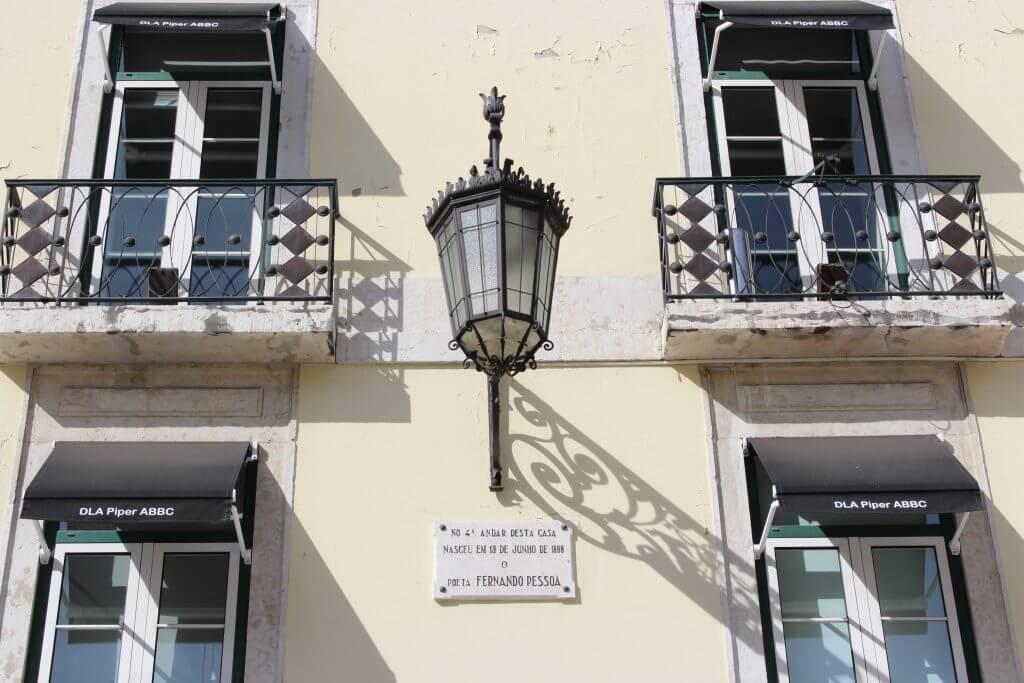 Placa comemorativa do nascimento de Fernando Pessoa viagem Lisboa