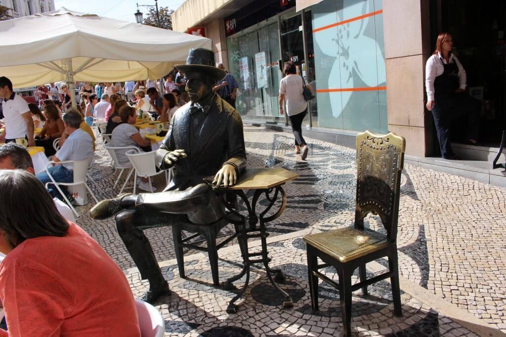 Estátua de bronze na esplanada da Brasileira viagem Lisboa