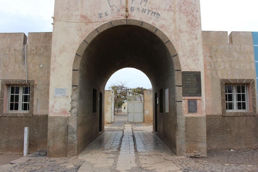 Entrada do Campo do Tarrafal, ilha de Santiago, em Cabo Verde