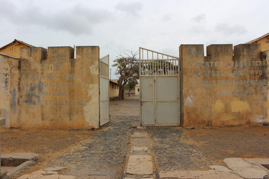Entrada do Campo de Concentração do Tarrafal, ilha de Santiago, Cabo Verde