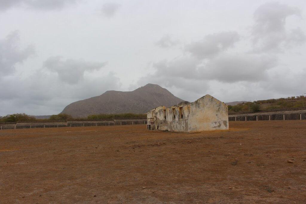 Estrutura não identificada, no Campo de Concentração do Tarrafal, ilha de São Vicente, Cabo Verde