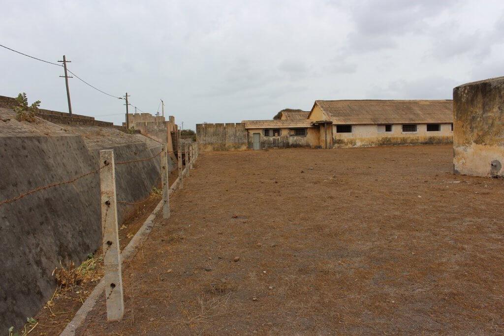 Arame farpado a toda a volta do Campo de Concentração do Tarrafla, ilha de São Vicente, Cabo Verde
