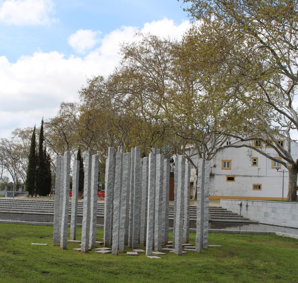 Estatua de Alberto Carneiro, Parque de Escultura Contemporânea Almourol, Vila Nova da Barquinha, Portugal