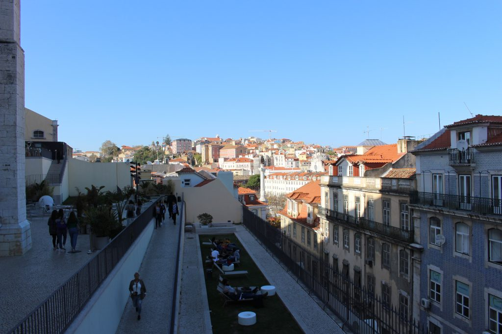 Esplanada junto às ruínas, Lisboa, Portugal