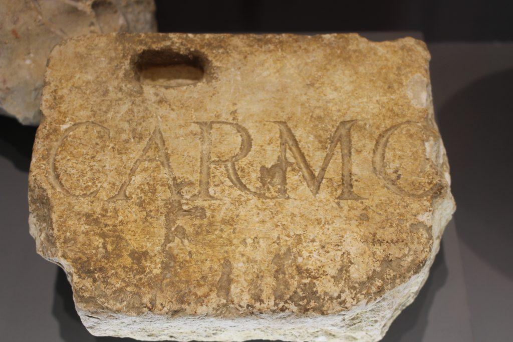 Pedra proveniente do antigo Convento do Carmo, museu GNR, Lisboa, Portugal