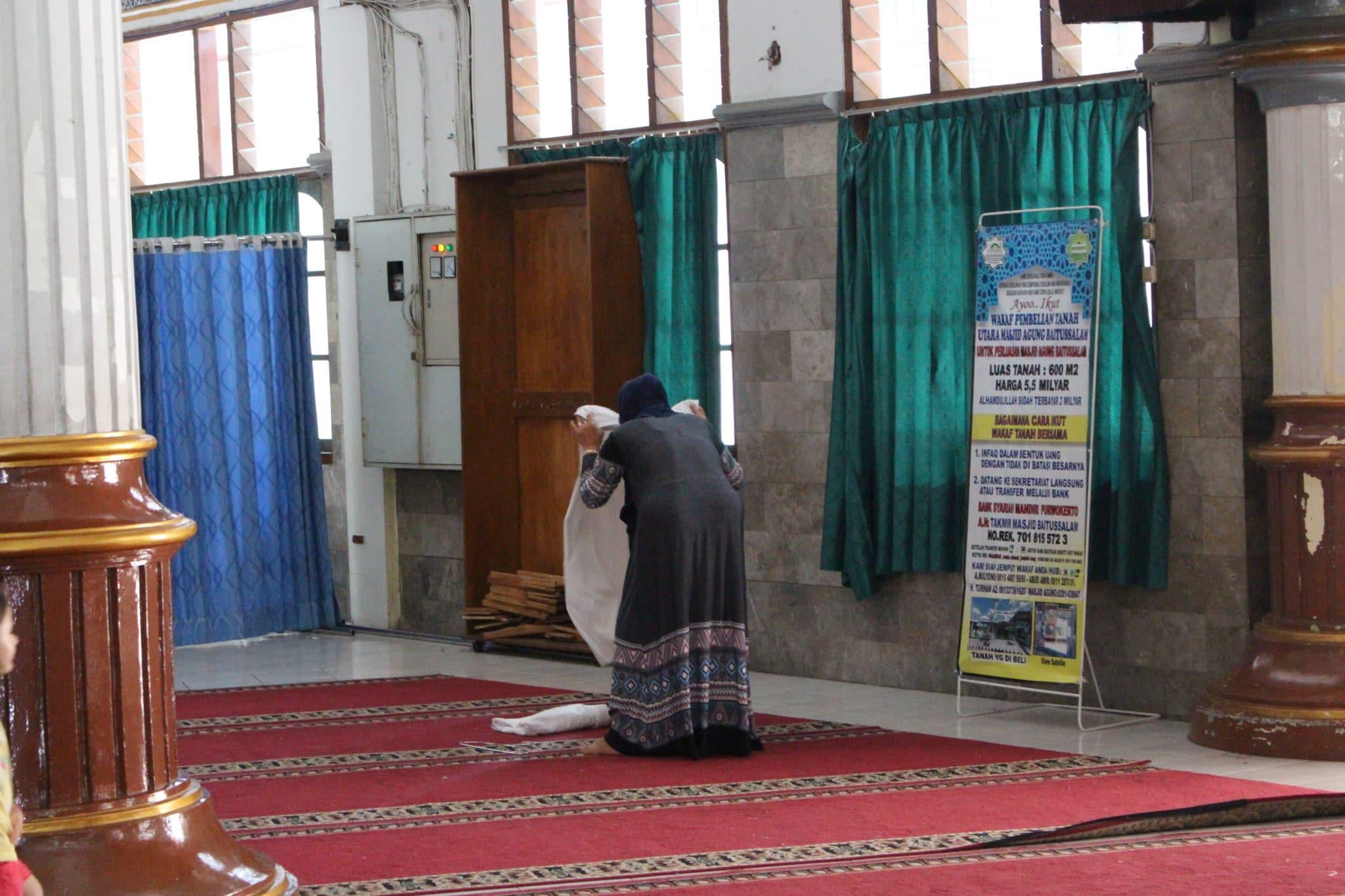 Mulher a preparar-se para a oração, numa mesquita de Purwokerto.