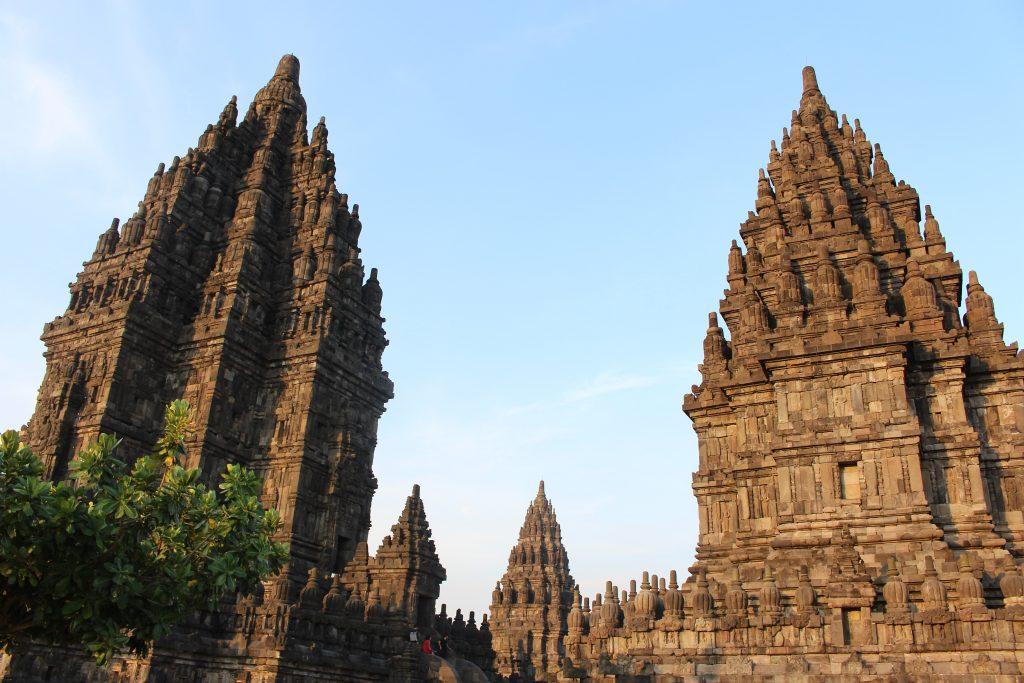 Zona central do templo principal do Prambanan, Java, Indonésia