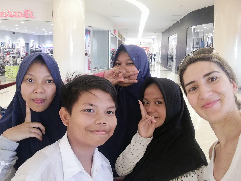 Com habitantes locais, na ilha de Java (Indonésia)