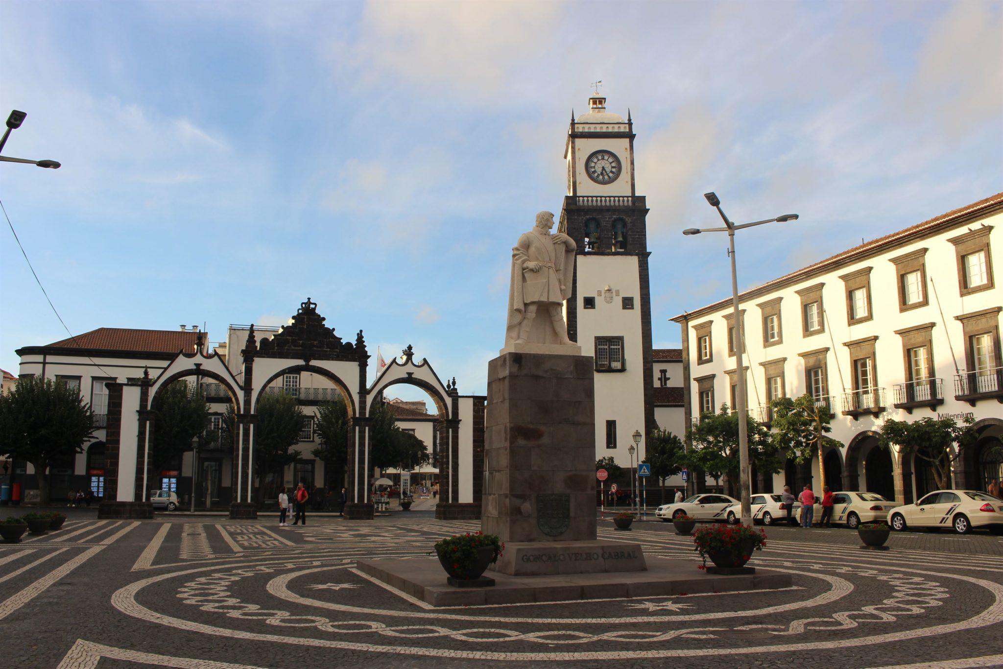 Arcos da cidade, Igreja Matriz e estátua de Gonçalo Velho, S. Miguel, Açores
