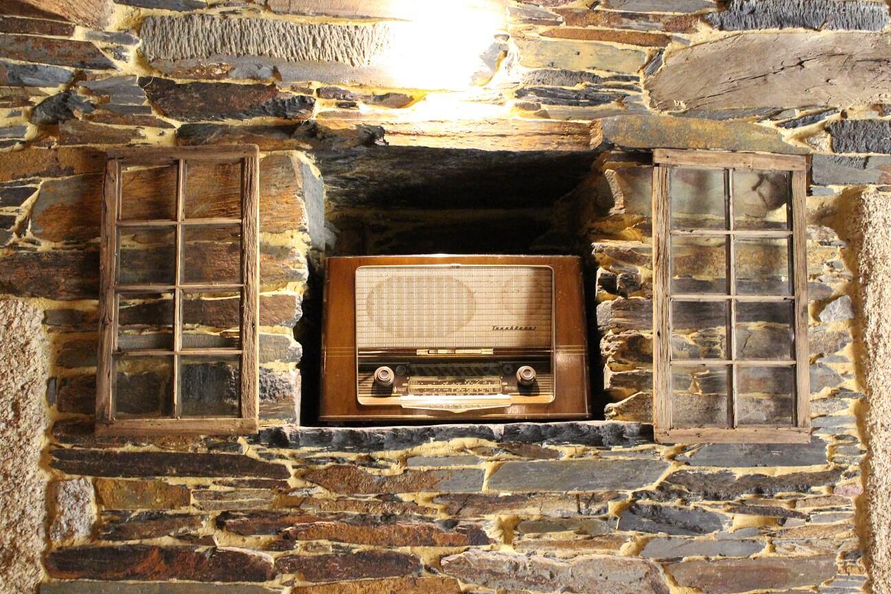 Rádio antigo numa casa em Quintadona