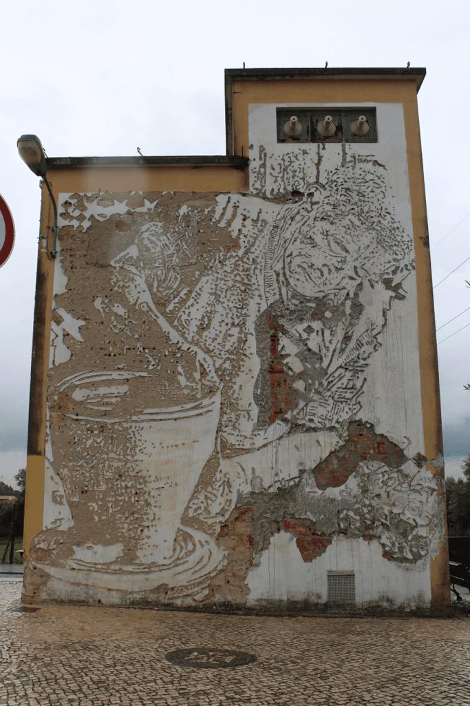 Intervenção artística de Vihls em homenagem aos oleiros