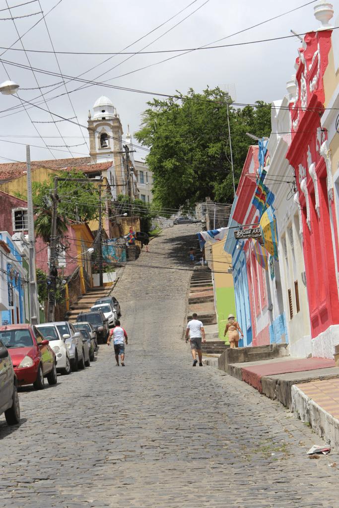 Rua muito inclinada com casas bem coloridas, em Olinda