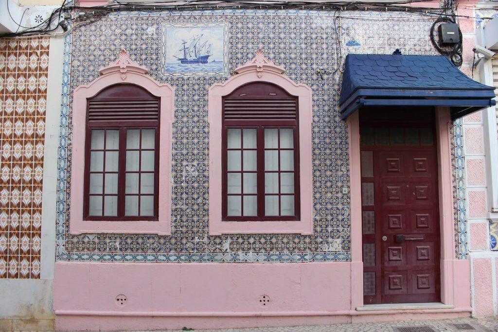 Casa de Olhão com azulejos viagem olhão