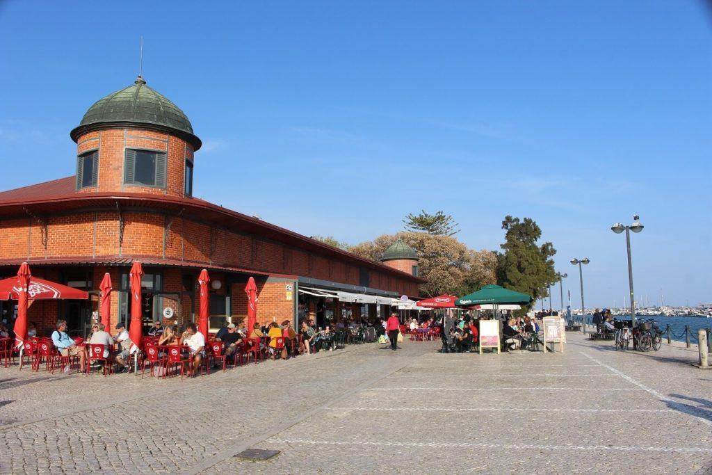 Bares e restaurantes no exterior do Mercado Municipal viagem a Olhão