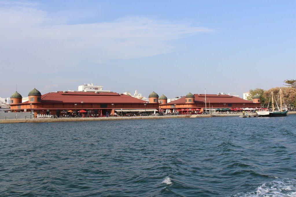 Os dois edifícios do Mercado Municipal a partir da ria viagem Olhão