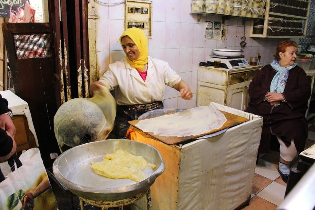 Mulher a fazer pão na medina