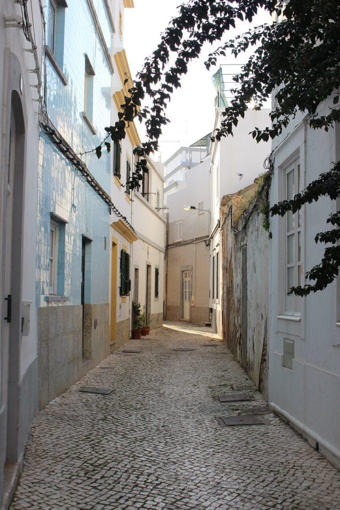 Rua estreita do Bairro da Barreta viagem olhão