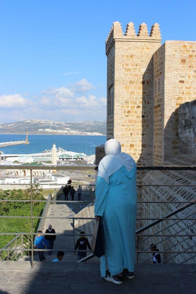 Senhora junto a uma das portas da Medina de Tânger