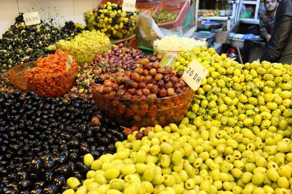 Azeitonas de várias cores numa loja da Medina de Tânger
