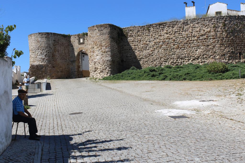 Muralha do Castelo do Redondo e a Porta da Ravessa viagem ao Redondo