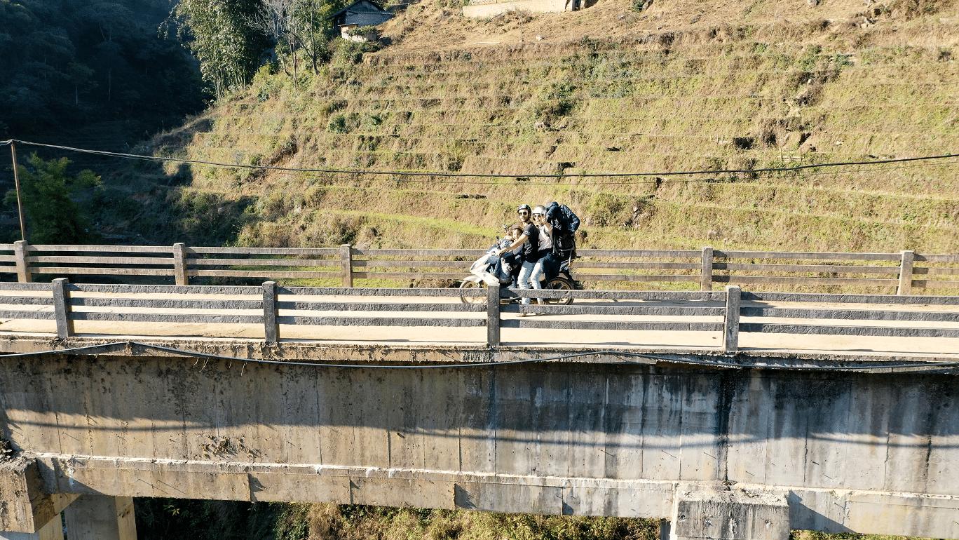 Catarina, Ricardo e Maria de mota no Vietname